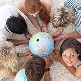 Studenten mit Globus in der Mitte