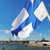 Blick von einem Schiff auf Helsinki – mit einer finnischen Fahne im Wind
