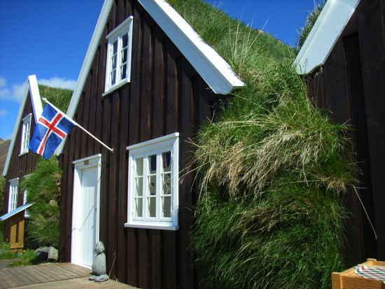 Typisches Haus in Island mit Landesflagge