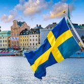 Impression vom Meer mit Blick auf Stockholm, schwedische Fahne ragt ins Bild