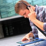 Student mit Tablet-Computer und Kopfhörern