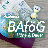 Pass, Globus und Geld auf einer Holzlatte als Hintergrund überschrieben mit Auslands-BAföG + Sanduhr