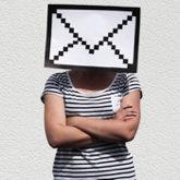 Briefkopf: Person, deren Kopf von einem pixeligen Briefumschlag verdeckt ist