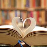 Buchseiten zu einem Herz geformt