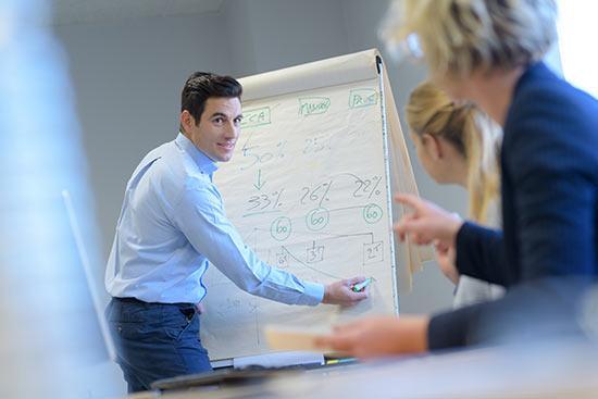 Ein Marketing Manager beschreibt seine Ideen an einem Flipchart