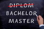 Tafelbild, erste Zeile: Diplom (rot ausgestrichen), zweite Zeile: Bachelor, dritte Zeile: Master