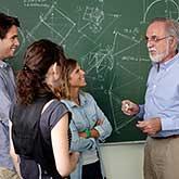 Dozent im Gespräch mit Studierenden