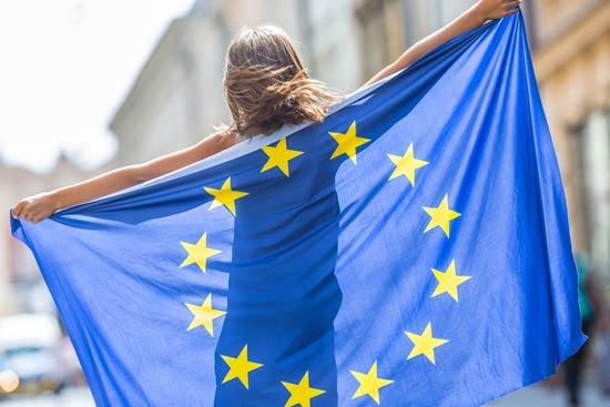 Mädchen mit einer EU-Flagge als Umhang