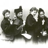 Mitglieder vom «Verein für Frauenstimmrecht», v.l.n.r.: Anita Augspurg, Marie Stritt, Lily von Gizycki und Minna Cauer, um 1896 (Sophia Goudstikker bei diesem Bildausschnitt leider weggeschnitten)
