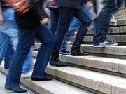 Gedränge auf einer Treppe, wobei nur die Beine sichtbar sind