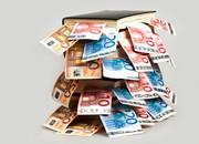 Geld schaut aus Büchern heraus
