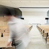 Leerer Hörsaal, letzteR Studi verschwindet unscharf aus Bild