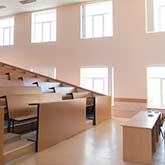 Leerer Hörsaal mit Holzstühlen und -tischen