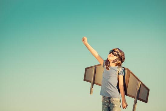 Kind möchte hoch hinaus – mit einem Pappflügel am Rücken!