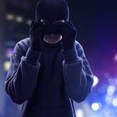 Ein Vermummter Verbrecher demaskiert sich