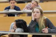 Gelangweilte Studentinnen in Vorlesung