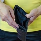 Eine leere Brieftasche in den Händen