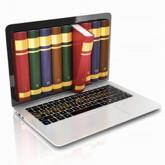 Laptop mit Bücherreihe auf dem Bildschirm, ein Buch fällt aus dem Bildschirm heraus