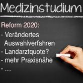 """Hand schreibt Medizinstudium an Tafel, dazu wurde """"Reform 2020"""" und einige Punkte ergänzt"""