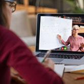 Studentin sitzt am Rechner und folgt der Dozentin im Livestream