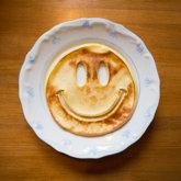 Smiley-Pfannkuchen auf Teller