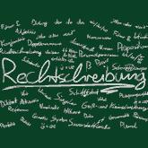 """Grüne Tafel, auf der alle möglichen Begriffe rund um die Rechtschreibung stehen. """"Rechtschreibung"""" steht groß in der Mitte."""
