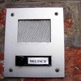 Gegensprechanlage und Haustürklingel mit dem Namensschild 'Deutsch'