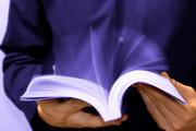 Buch, das von Jemanden sehr schnell durchgeblättert wird