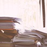 Viele Unterlagen auf einem Schreibtisch