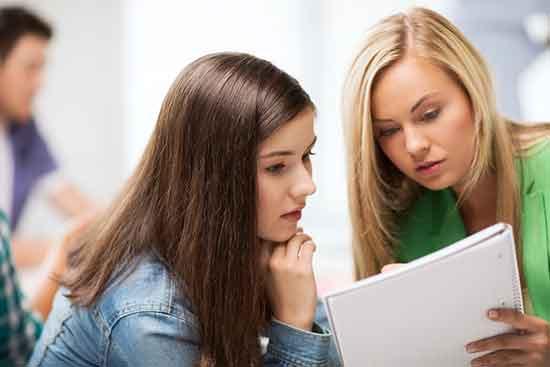 Studierende mit Block und Studieninteressierte