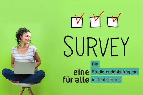 """Frau mit Laptop vor grünem Hintergrund, auf dem groß """"Survey"""" steht. Dazu eingeklinkt das Logo von """"eine für alle – Die Studierendenbefragung in Deutschland"""""""