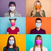 Videokonferenz mit Studierenden mit Masken vor bunten Hintergründen